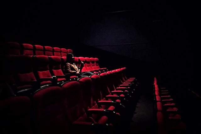 W不倫デートスポット映画館