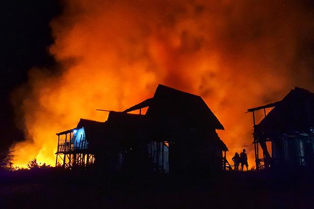 地震洪水火事噴火災害夢占い家が燃える