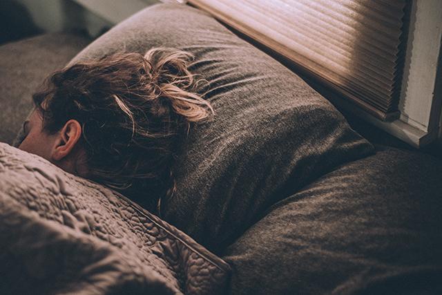 夫を喜ばせる妻の甘え方夫婦くっついて眠る