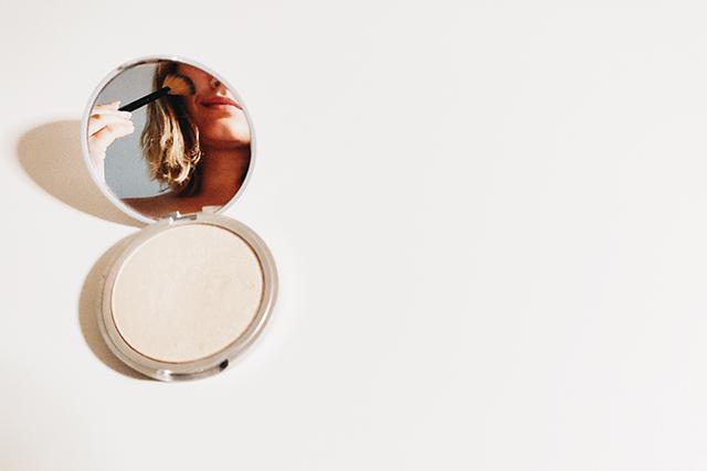 無料夢占い鏡が出てくる夢が持つ意味自分の姿が映った鏡
