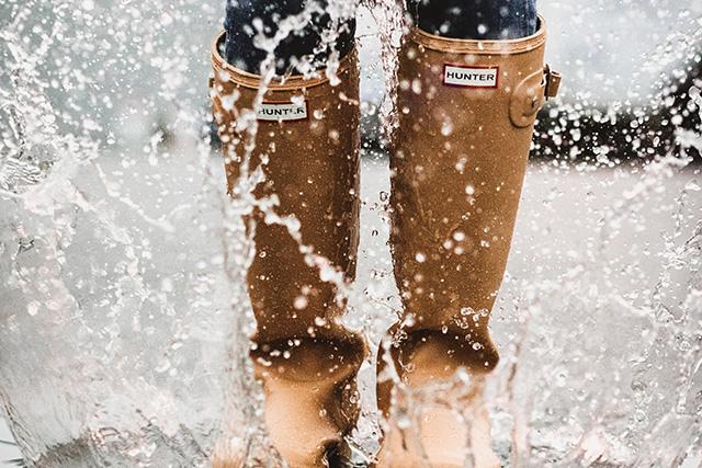 雨でできた水たまりに落ちてしまう夢の意味メッセージ暗示