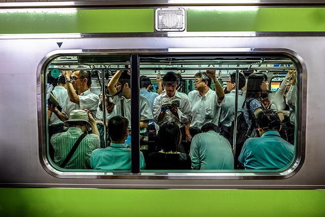 満員電車に乗る夢の意味メッセージ暗示深層心理