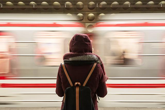 ホームで電車を待ちながら不安な気持ちでいる夢の意味メッセージ暗示深層心理