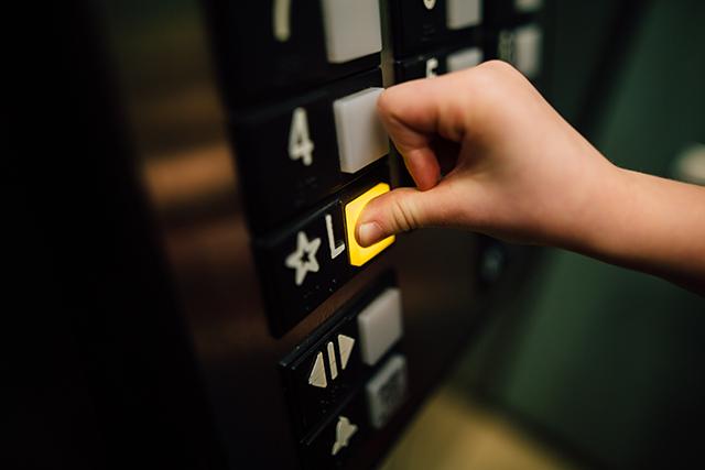 目の前でエレベーターのドアが開いて一人で乗る夢の意味メッセージ深層心理