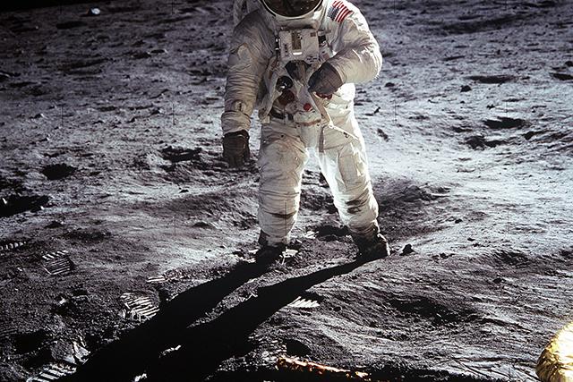 宇宙遊泳して地上に降り立つ夢の意味