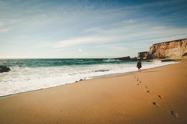 波打ち際の砂浜を歩く夢の意味メッセージ