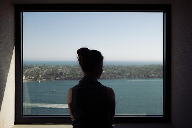 窓から海の景色を眺める夢の意味メッセージ