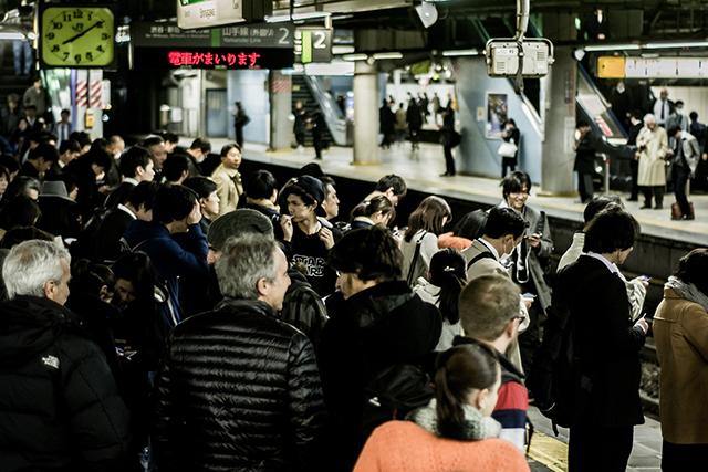 混雑したホームが出てくる駅の夢の意味