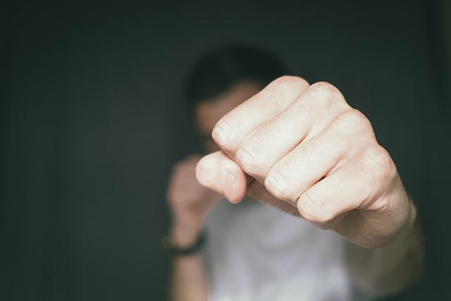 知らない人から暴力を振るわれる夢の意味