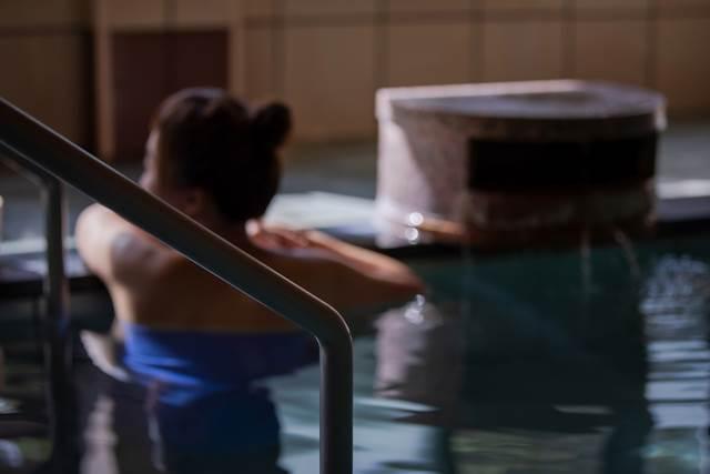 お風呂に入っているのを誰かに見られる夢の意味