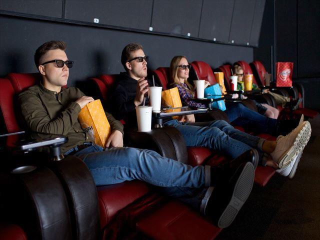 大勢の人が邪魔で見えない・周りがうるさくて邪魔をされる映画館の夢の意味