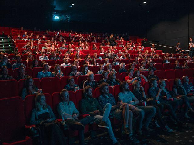 満席の映画館で映画を見る夢の意味