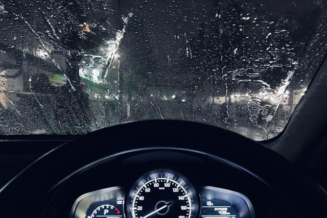 車や電車など動く乗り物の中から台風の激しい風を見ている夢