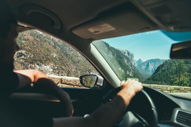 ドライブデート中にハンドルを握ると人が変わるかどうかで豹変タイプを見分けられる