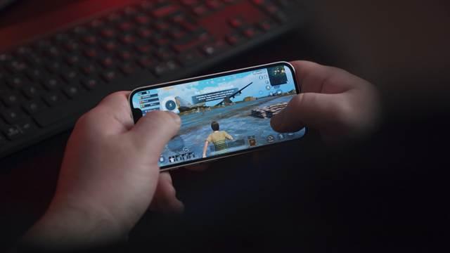 オンラインゲームの仲間と親密になり浮気デート